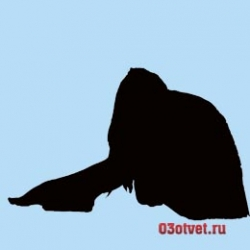 грустная девушка сидит на полу положив голову на колени